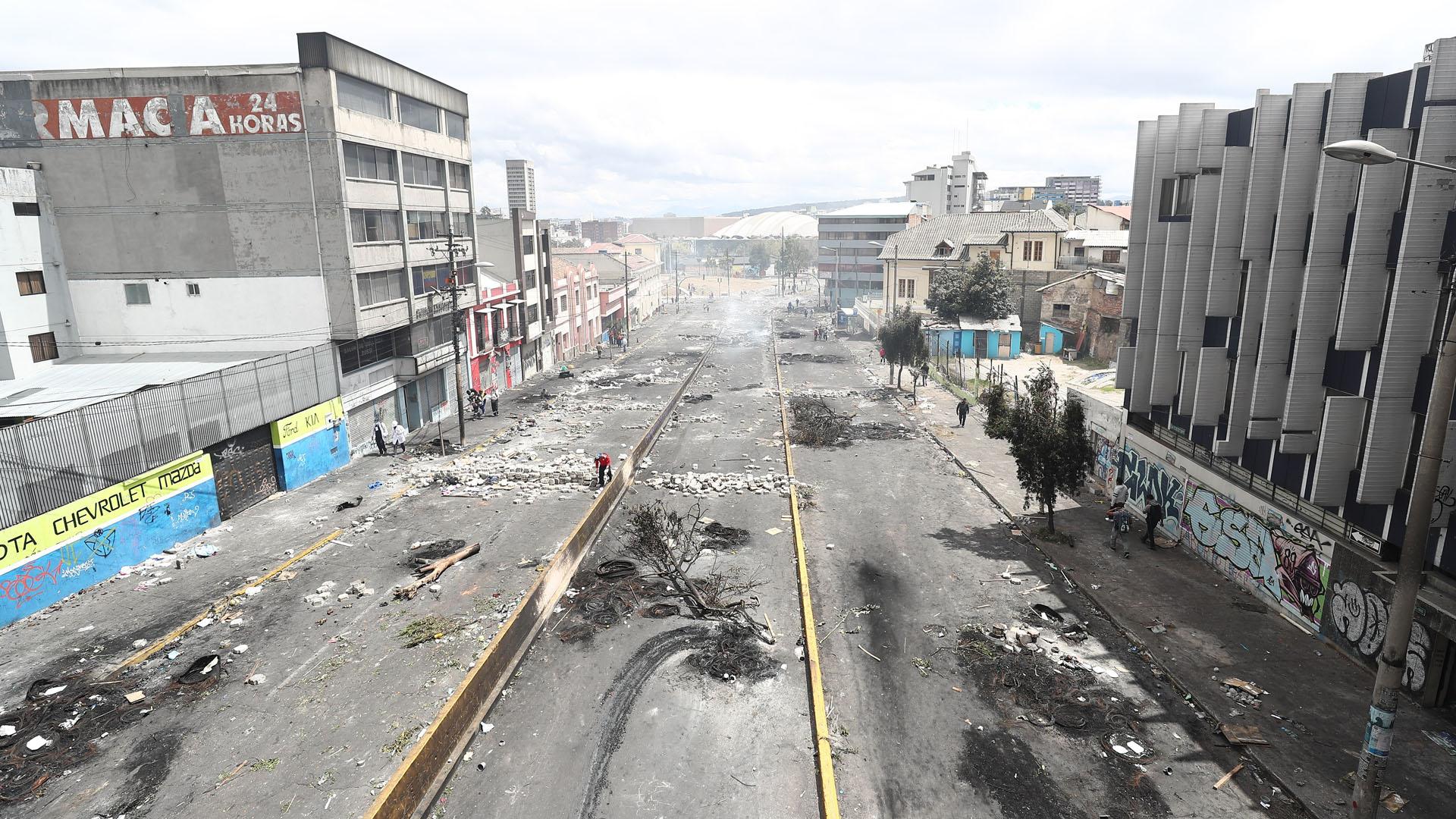 Destrozos en calle de Quito por jornada violenta de manifestaciones. Foto de EFE