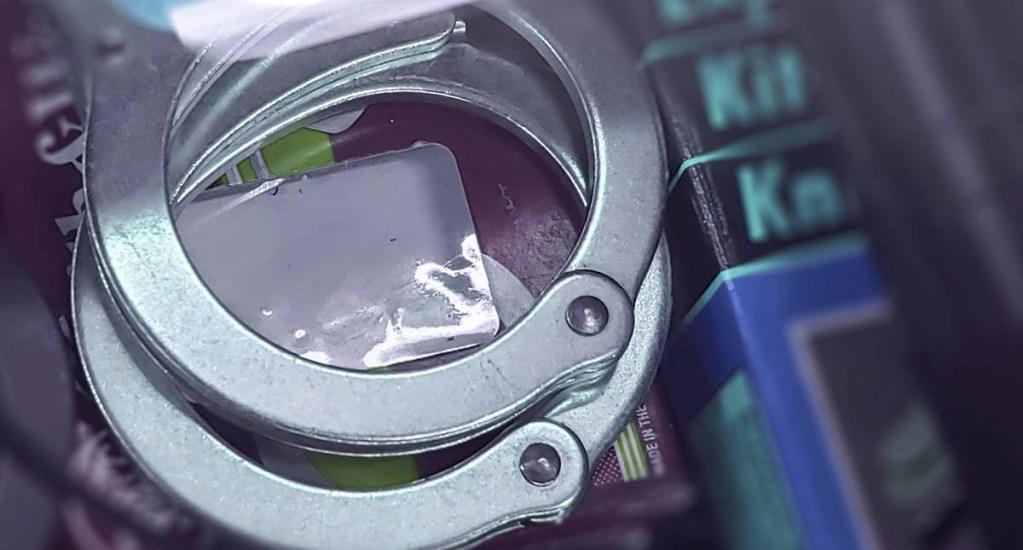 Detenido detención esposas arresto
