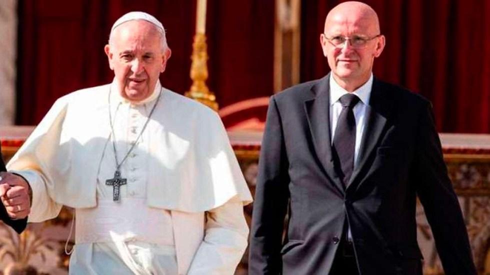 Dimite el jefe de seguridad del papa Francisco por una nueva filtración - Domenico Giandi camina junto al papa Francisco