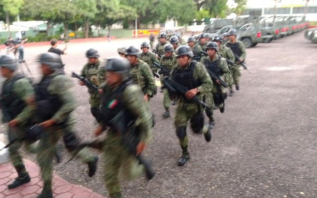 López Obrador dispuesto a comparecer por enfrentamiento en Culiacán - Unos seis mil militares comenzaron a arribar desde este domingo a Culiacán, Sinaloa, para reforzar la seguridad de la ciudadanía. Foto de EFE/Juan Carlos Cruz.