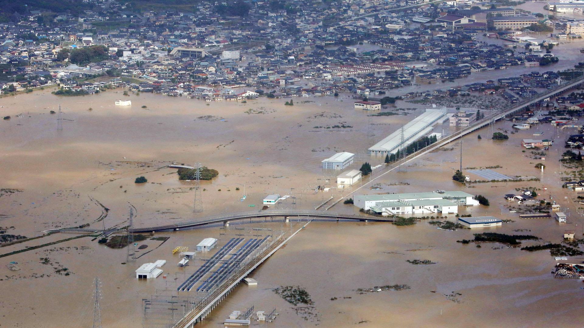 El paso del tifón Hagibs por Japón dejó numerosas localidades inundadas por el desbordamiento de ríos. Foto de EFE