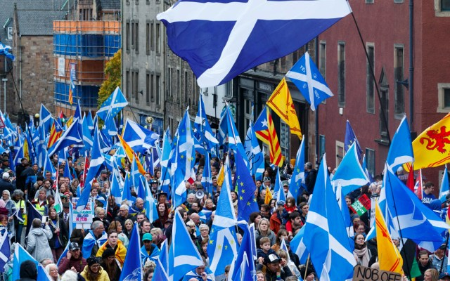 Marchan miles en Edimburgo por independencia de Escocia del Reino Unido - Marchan en Escocia
