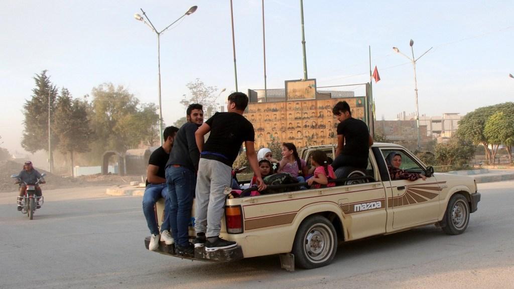 Huyen 190 mil personas de Siria por ofensiva militar turca - Familia abandona la ciudad de Ras al-Ein en Siria, por ofensiva militar turca. Foto de EFE