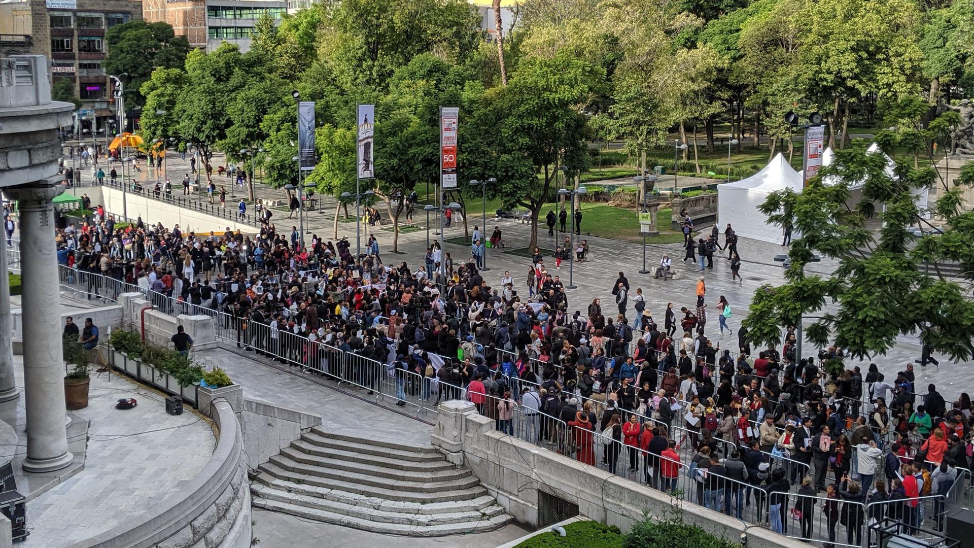 Cientos de personas hacen fila para ingresar al Palacio de Bellas Artes y dar el último adiós al cantante José José. Foto de @alefrausto