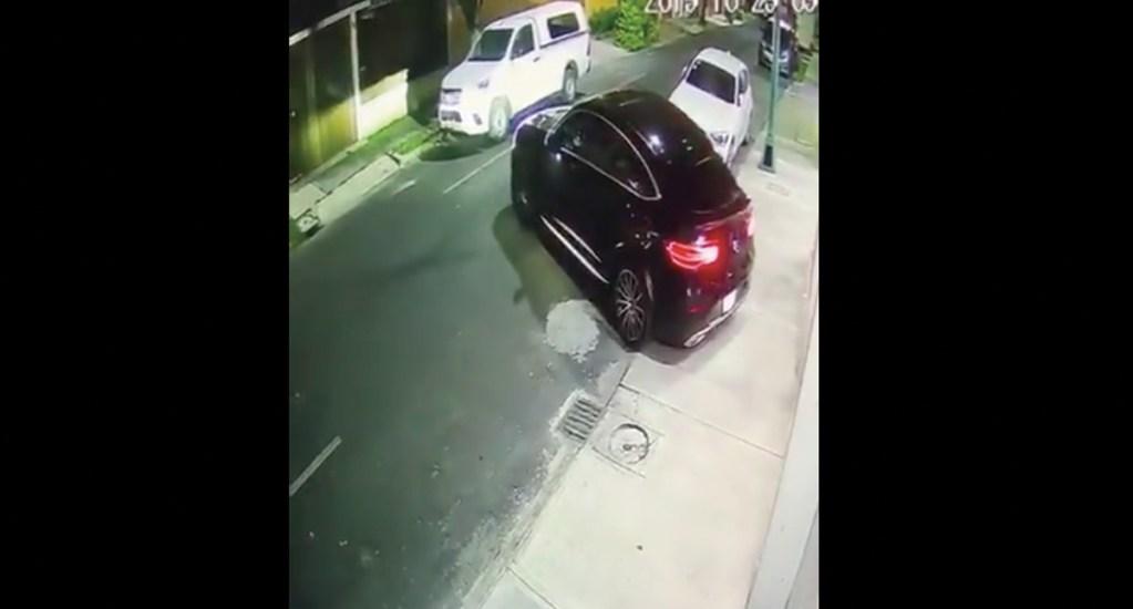 #Video Captan intento de asalto en Lindavista; el conductor atropelló a los ladrones - Captura de pantalla