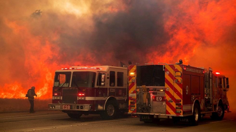 Fuertes vientos en California avivan incendios - Bomberos tratan de sofocar un incendio este miércoles, cerca a Simi Valley, California (EE.UU.). Foto de EFE/ John Cetrino.