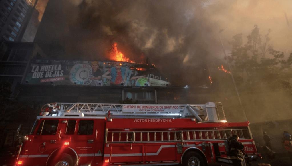 Protestas en Chile terminan con incendio en el centro de Santiago - Foto de @maibortpetit