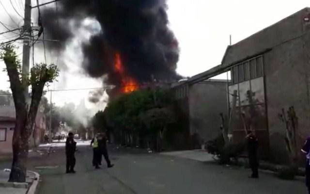 Incendio en tlapalería de Ecatepec deja un muerto - Incendio de tlapalería en Ecatepec. Foto de @MrElDiablo8