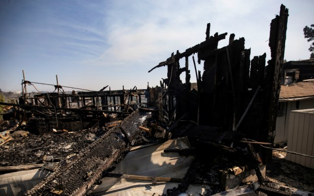 Celebridades abandonan sus mansiones tras incendio en California - Foto de EFE