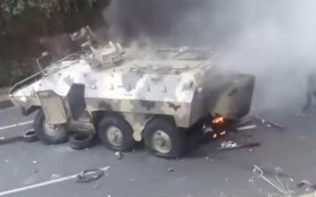Manifestantes indígenas queman en Ecuador un vehículo blindado del Ejército - Foto de El Comercio