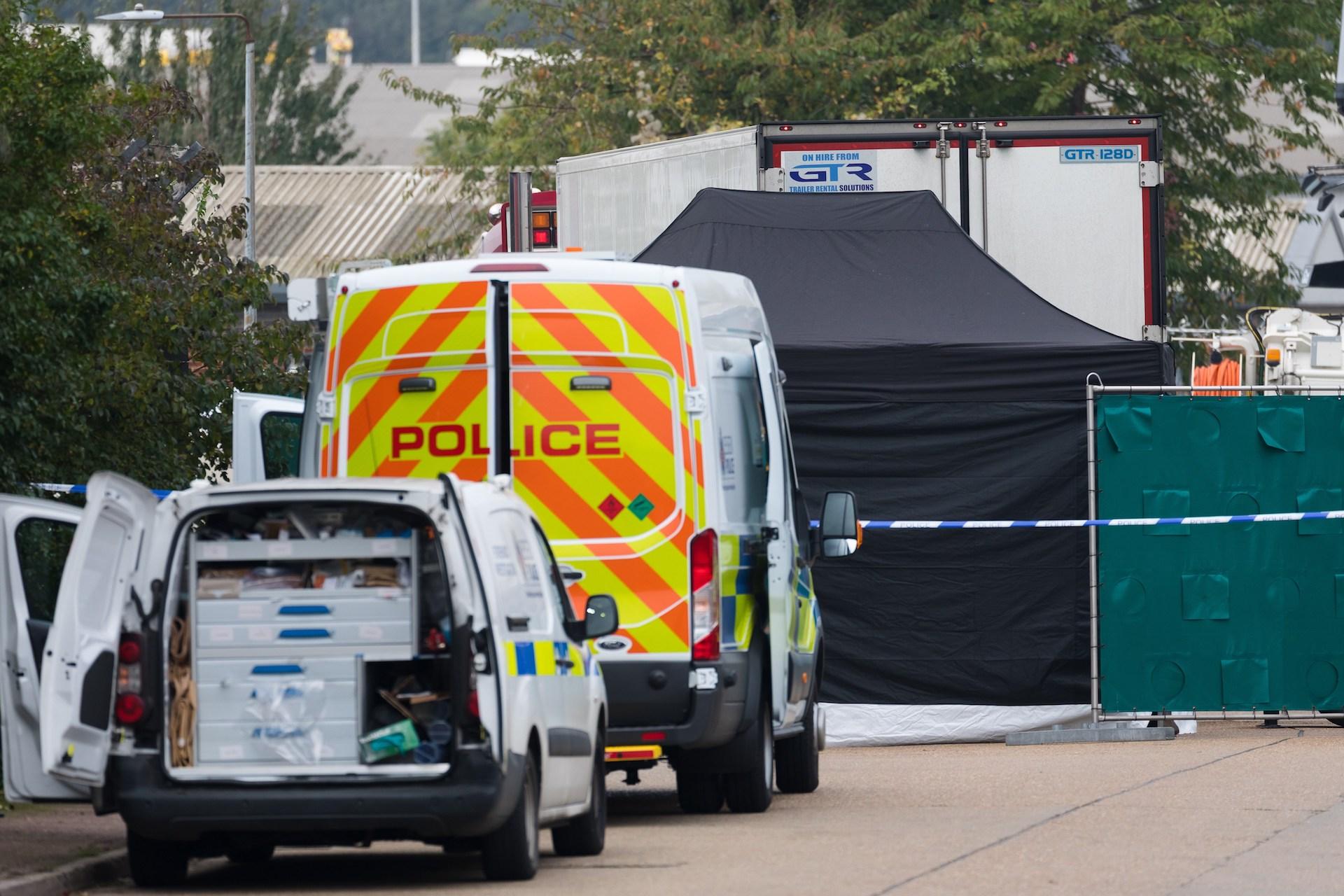 La Policía trata de esclarecer la identidad de los 39 cadáveres hallados en Essex. Foto de EFE/EPA/VICKIE FLORES.