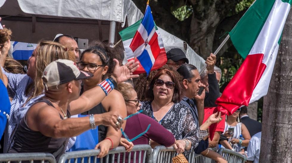Desilusiona a fans cremación de José José - Aficionados del cantante José José hacen fila para ingresar este domingo al Miami Dade Auditorium, donde se le rinde homenaje al artista, en Miami, Florida. Foto de EFE/Giorgio Viera.