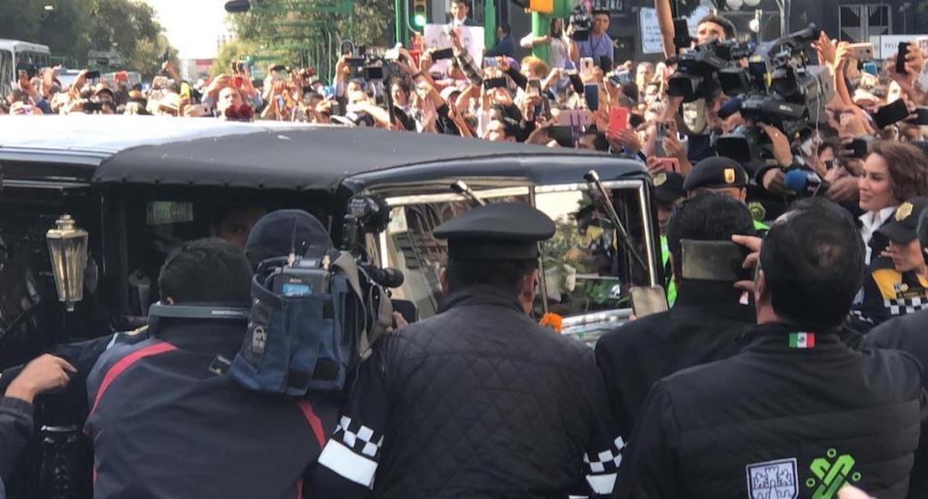 Llega a Bellas Artes cortejo fúnebre con cenizas de José José - José José llega a Bellas ARrtes. Foto de Miguel Ángel Méndez.