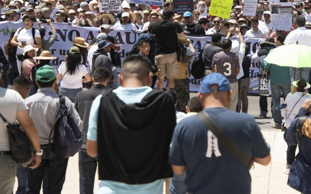 Prevén tres manifestaciones en la Ciudad de México - Manifestantes en el Ángel de la Independencia. Foto de Notimex