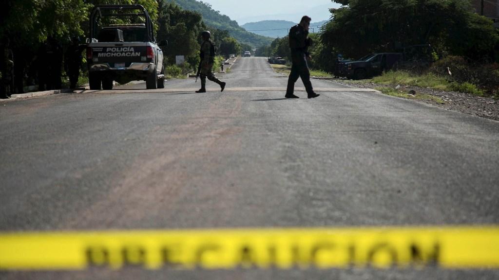 Más de 30 delincuentes emboscaron a policías en Michoacán - Foto de Archivo en Operativo de las fuerzas de seguridad tras la emboscada a un convoy policial por un grupo armado en Aguililla, Michoacán. Foto de Archivo EFE