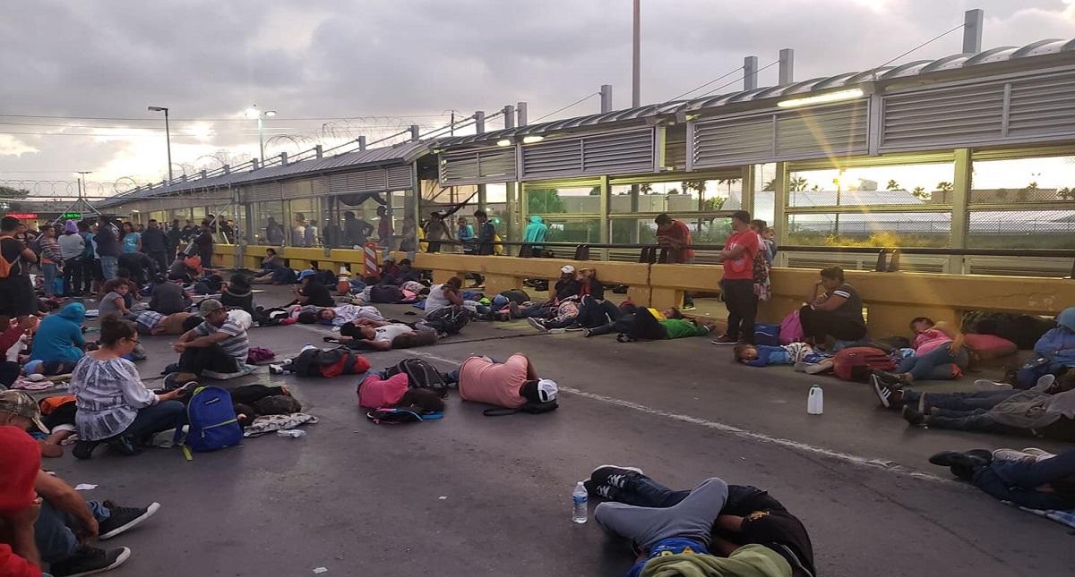 Bloquean migrantes puente internacional en Matamoros
