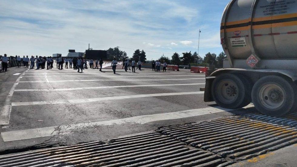 Bloquean recicladores autopistas del Valle de México - El bloqueo en la México-Puebla. Foto de @GN_Carreteras