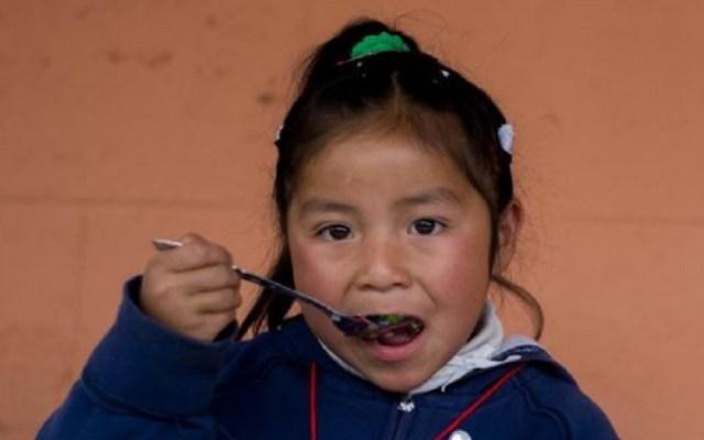 Lo que desperdiciamos es el pan de los pobres: papa Francisco - Niña comiendo. Foto de FAO