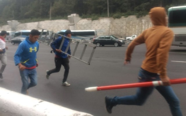 Normalistas toman caseta de la autopista México-Toluca - Foto de @ClaudioOchoaH