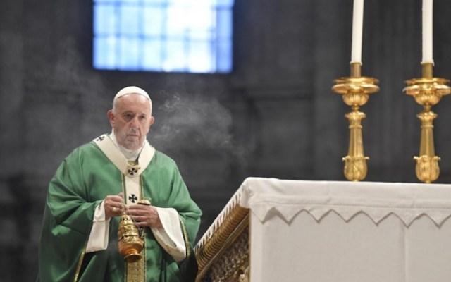 """""""¿Qué diferencia hay entre llevar plumas o el tricornio de cardenal?"""", pregunta el papa Francisco a miembros de la Iglesia - El papa Francisco en la Santa Misa de apertura del Sínodo de los Obispos para la Amazonia. Foto de Vatican News."""