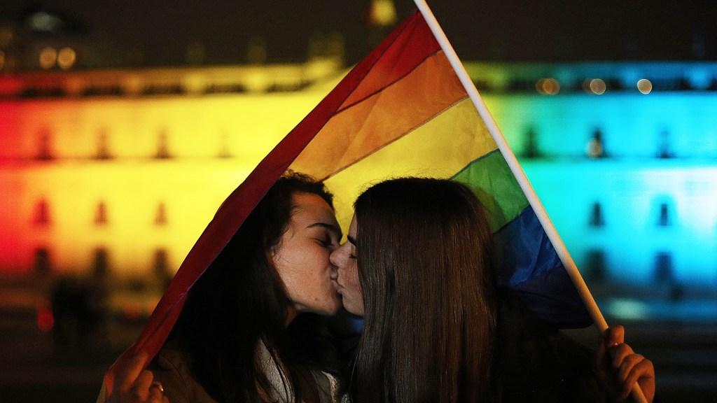 Legalizan en Irlanda del Norte el aborto y el matrimonio homosexual - Pareja homosexual. Foto de EFE