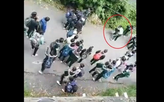 #Video Alumnas de secundaria pelean a golpes en Cuajimalpa - Pelea de alumnas de secundaria en Cuajimalpa. Captura de pantalla