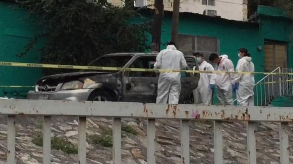 Hallan en Monterrey un auto incendiado con dos cuerpos dentro - Peritos en escena de crimen en colonia Independencia. Foto de @victormtzlucio