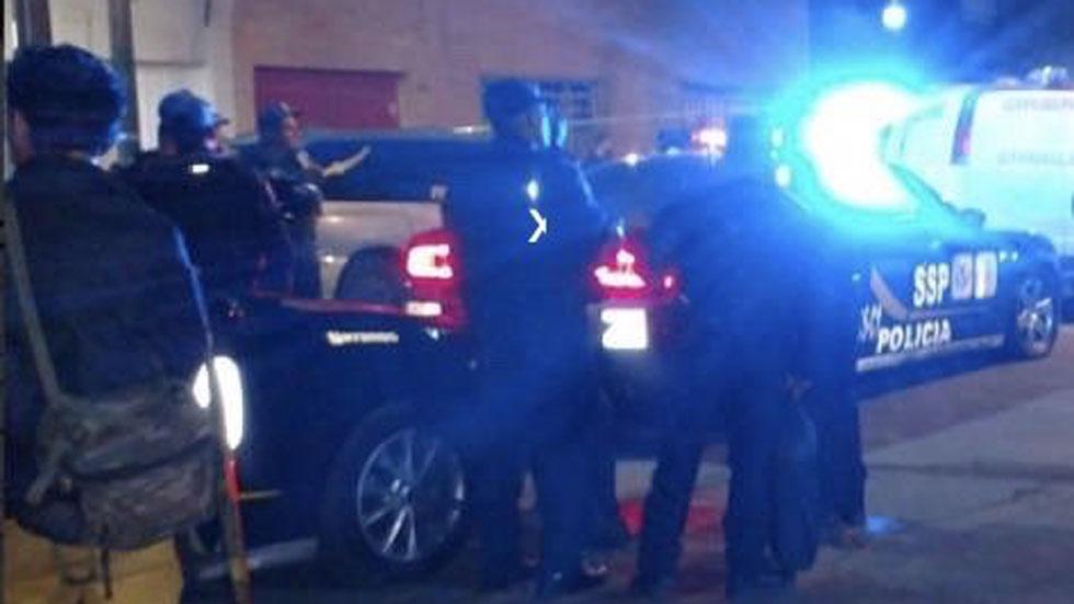 Policía afuera de la casa de hombre que intentó asesinar a sus hijos. Foto de @c4jimenez