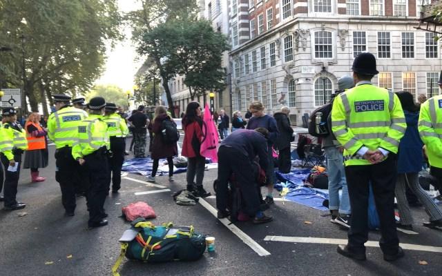 Protestas de Extinction Rebellion en Londres dejan más de 300 detenidos - Policías en protestas de Extinction Rebellion. Foto de @XAMGreenwood