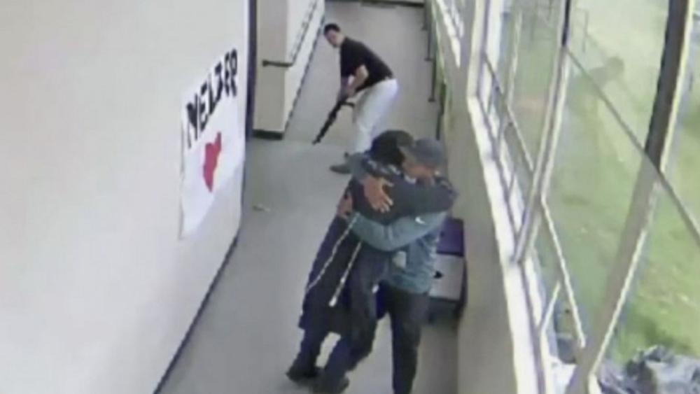 Maestro desarma a alumno abrazándolo y evita tragedia en escuela