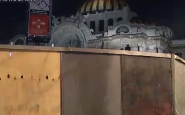 Blindan edificios y comercios en CDMX por marcha del 2 de octubre - Protecciones al Palacio de Bellas Artes. Captura de pantalla / Noticieros Televisa