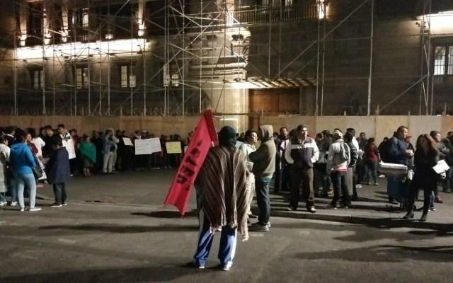 Profesores y médicos protestan afuera de Palacio Nacional - Protesta de docentes de Guerrero. Foto de @israellorenzana