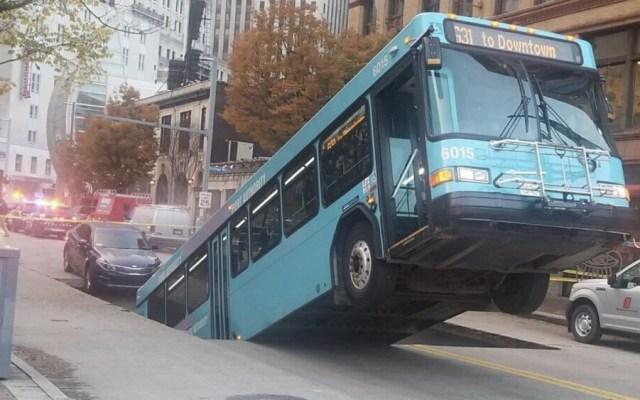 Autobús cae a socavón en Pittsburgh - Foto de @PGHtransit