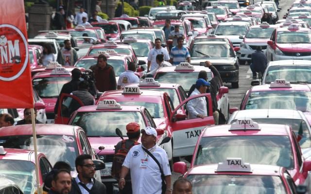 Taxistas cancelan marcha de este lunes en la Ciudad de México - Taxis estacionados sobre carriles centrales de Paseo de la Reforma. Foto de Notimex