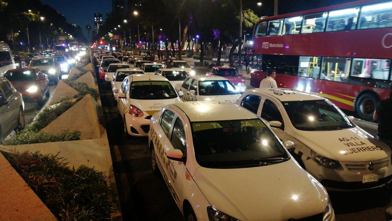 Taxistas llegan al Ángel de la Independencia
