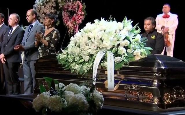 Sergio Mayer confirma trámite para traer a México cenizas de José José - Último adiós a José José en Miami. Foto de Telemundo