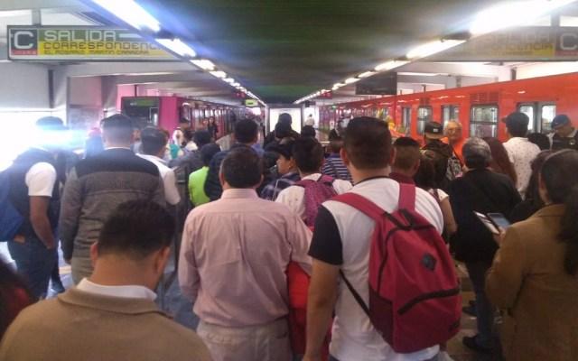 Hombre muere arrollado por convoy del Metro en Línea 3 - Usuarios desalojados de tren en Metro Deportivo 18 de marzo. Foto de @ContrapesoC