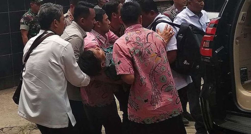 Atacan con cuchillo al ministro de Seguridad indonesio - WIranto siendo trasladado para ser atendido. Foto de ANTARA FOTO/WELI AYU REJEKI