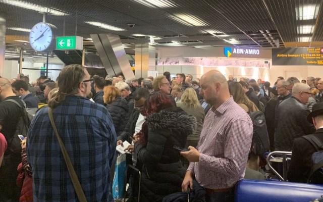 Falsa alarma obliga a evacuar pasajeros de avión en Ámsterdam - Foto de @MarkCrompton88