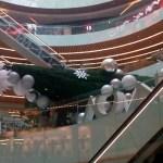 Cae árbol de Navidad gigante en Plaza Manacar; una persona resultó herida