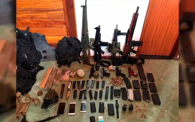 Abaten a importante narcotraficante durante operativo especial en Brasil - Armas, celulares y objetos diversos decomisados en operativo contra el narcotráfico en Brasil. Foto de @PMERJ