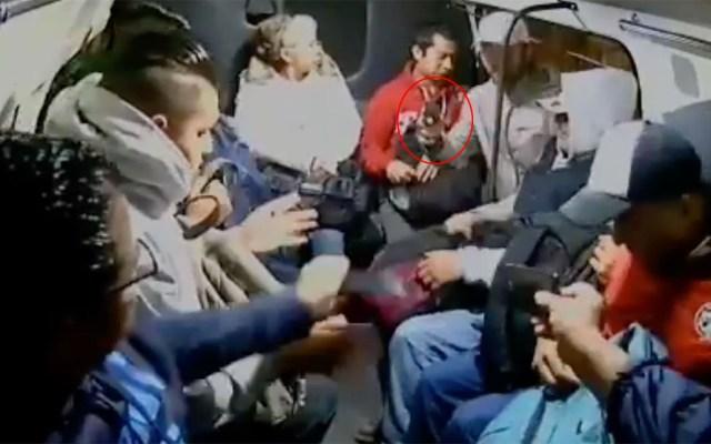 #Video Pasajeros entregan con resignación pertenencias a asaltante - Asalto a pasajeros de transporte público en Edomex. Captura de pantalla