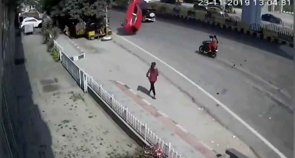 #Video Auto cae del segundo piso de una vía rápida y mata a una mujer en India - Captura de pantalla