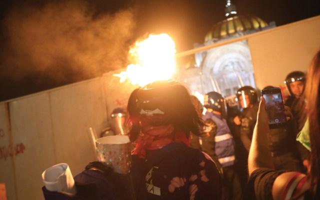 #Video Tiran vallas en el Palacio de Bellas Artes; policías impiden que lo vandalicen - Palacio de Bellas Artes