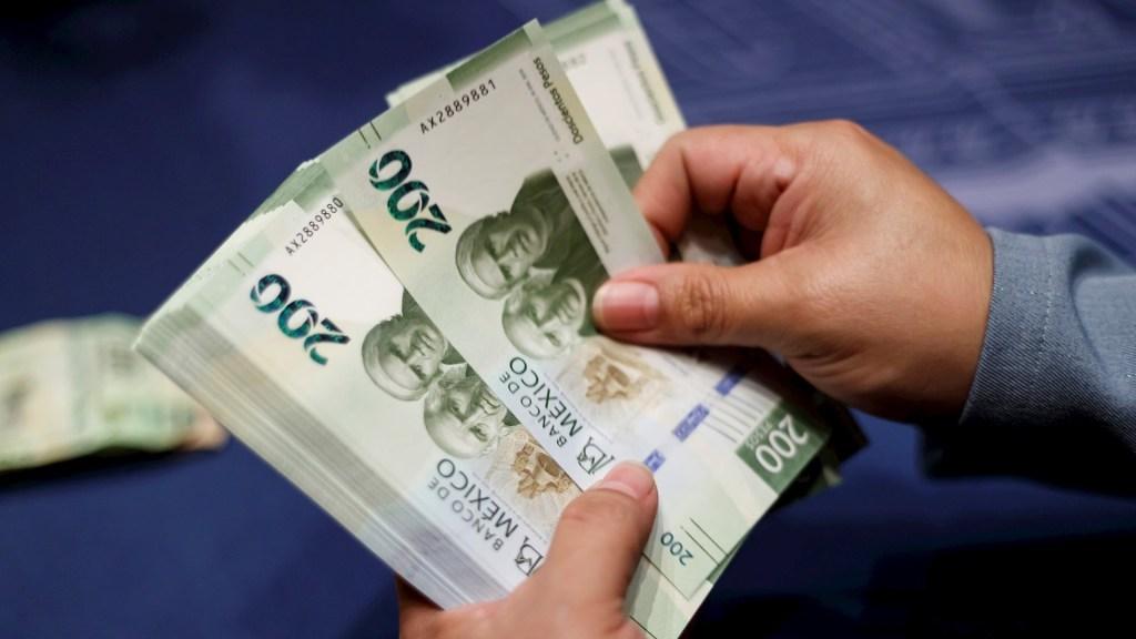 PIB de México se contrae 2.2 por ciento en primer trimestre de 2020 - Billetes mexicanos. Foto de EFE/ José Méndez/Archivo