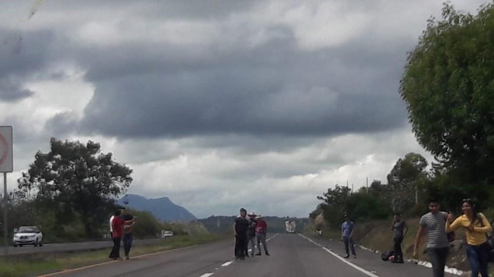 Normalistas de Michoacán retienen autobuses de pasajeros en carretera - Bloqueo de normalistas de Tiripetío sobre la carretera Morelia-Pátzcuaro. Foto de @exeni