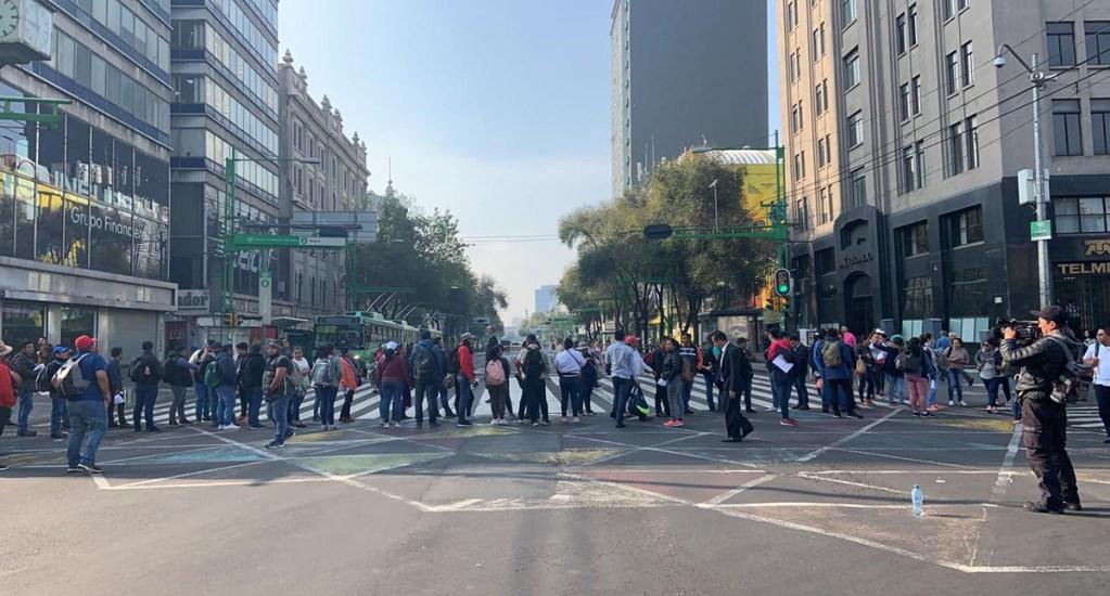 Trabajadores de Telebachillerato liberan Eje Central y Reforma - Bloqueo de trabajadores de Telebachillerato. Foto de @ciemergencias