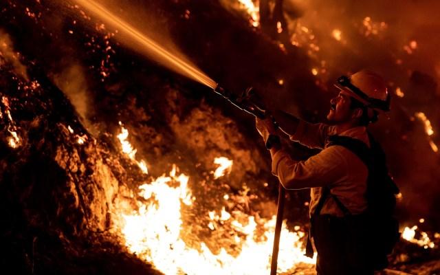 Trump califica de 'terrible' la labor del gobernador de California ante incendios - Labor de bombero contra incendio en el condado de Ventura. Foto de EFE