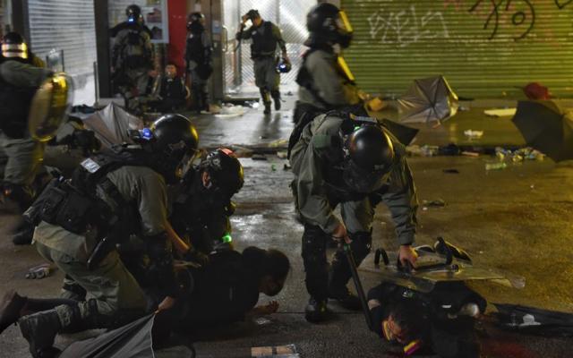 Mayoría de ciudadanos de Hong Kong desconfía de policía por represión en protestas - policía hong kong disturbios
