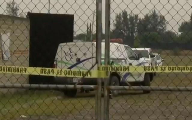 Suman 24 cadáveres hallados en finca de Tlajomulco, Jalisco - Camioneta del Instituto Jalisciense de Ciencias Forenses dentro de finca de Tlajomulco donde hallaron cadáveres. Captura de pantalla / Noticieros Televisa